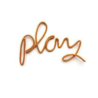 "Lagomworld Wand-Deko-Wort ""Play"" - Senf"